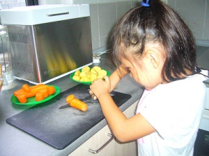 kids help in the kitchen, how kids can cook, preschoolers help in kitchen,